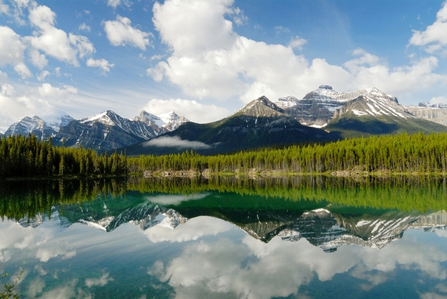 アイスフィールド・パークウェイから見た美しい湖とレイクルイズの山々