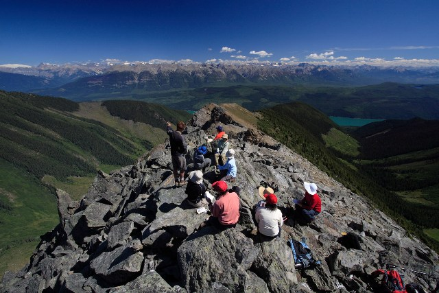 エスプラナーデ山脈からどこまでも続くロッキー山脈をのぞむ