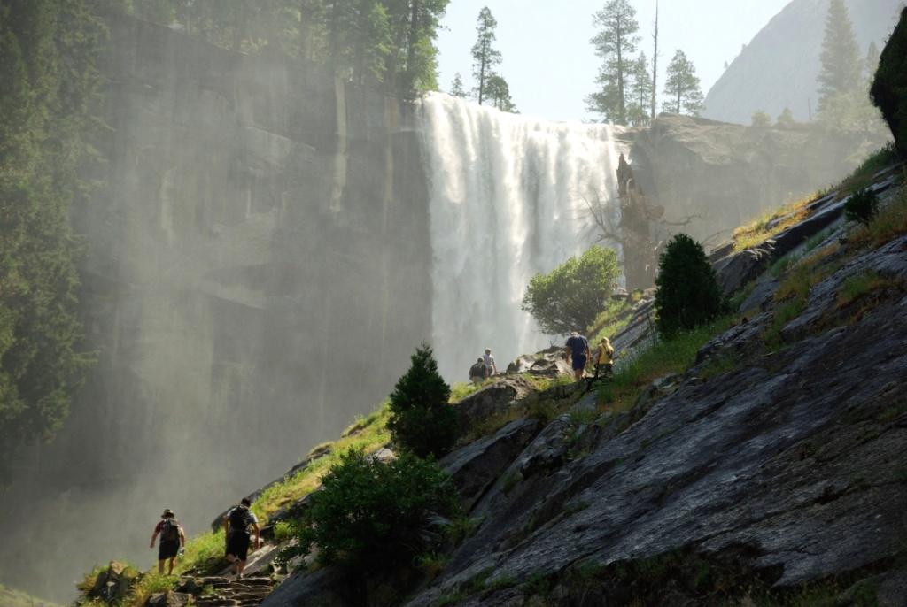 迫力のバーナル滝を望むハイキング