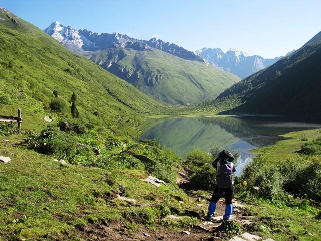美しい山上湖・大海子(3,800m)を往復