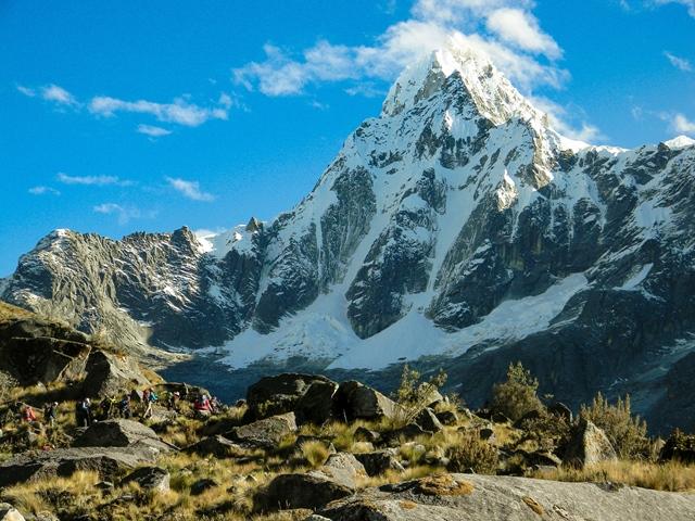 タウリラフ(5,830m)直下、トレッキングの最高地点であるウニオン峠(4,750m)を目指す