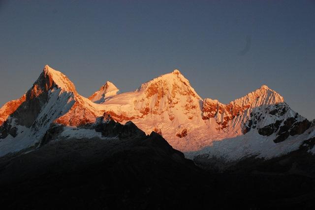 ヤンガヌコ峠から望む朝焼けのワンドイ(左から南峰、西峰、北峰、東峰)