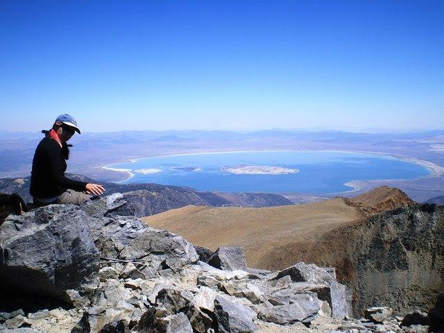 Mt.デイナ頂上から望む、青く輝くモノレイク