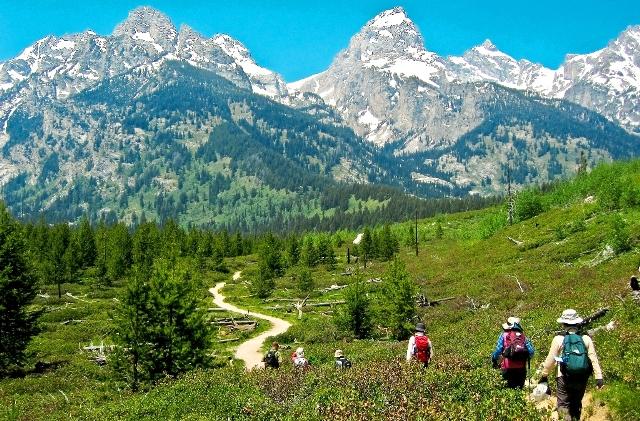大迫力のティトン山群を眺めながら爽快なハイキングを楽しむ