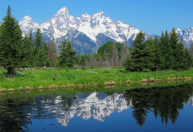 どこからでも絵葉書のような景色が楽しめるティトン山群の山並み