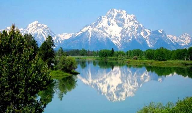 湖面に映る逆さモラン山(3,842m)