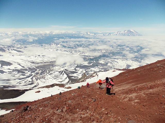 アバチャ山山頂直下を登る、背後に雄大な大自然が広がる