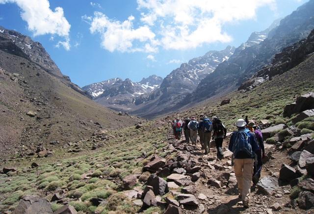 ツブカル小屋(3,207m)に向かって谷沿いの山道を行く