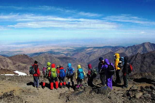 山頂直下から雄大な景色を展望