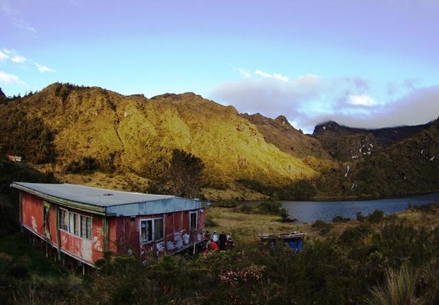 朝焼けのピュンデ湖畔と山小屋