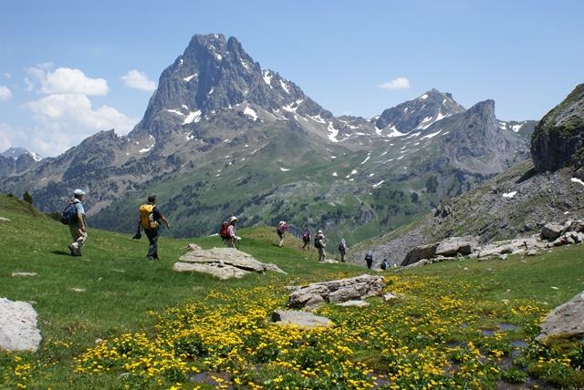 美しいピレネーの高原地帯に突如現れる岩峰ピック・デュ・ミディ・ドッソオ