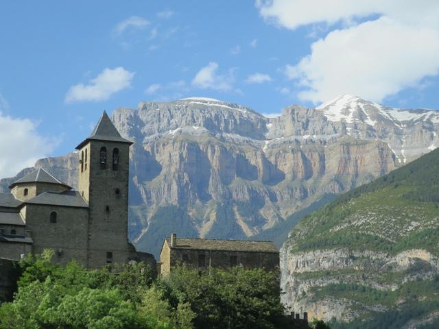 中世の町のようなトルラからオルデサ溪谷を望む