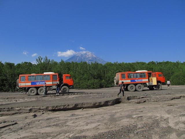 4輪駆動の改造バスでアバチャ山麓へ