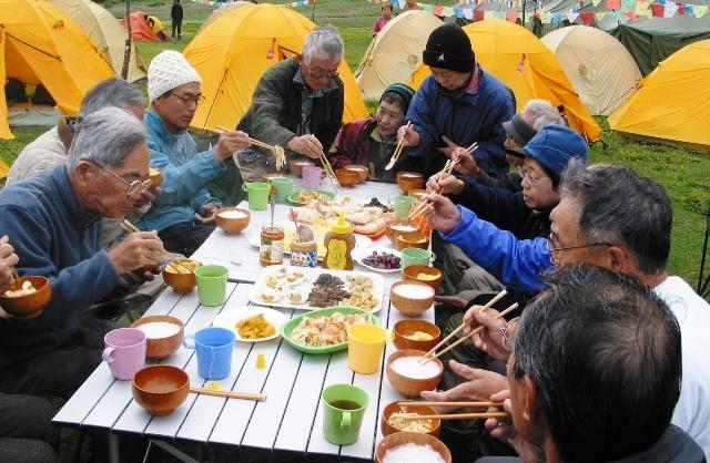 キャンプでの美しい食事に会話も弾む