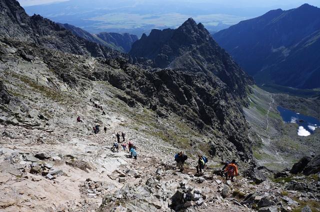 タトラ山脈の荒々しい岩峰と、遠くにスロバキア側の平原を見ながら下る