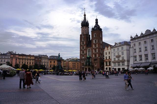 クラクフの中央広場と13世紀に建てられた聖マリア教会
