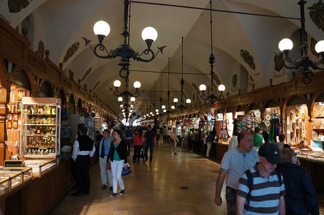 かつて衣服の取引所だった織物会館は土産物店が並ぶ