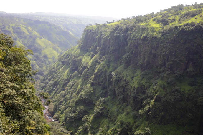 雄大な渓谷や滝などの景観も楽しみ