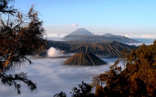 プナンジャカン展望台から望むスメル山(中央奥),ブロモ山,バトック山(手前の襞の山)