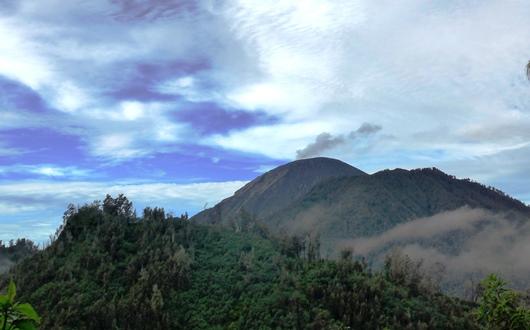 ラヌクンボロ周辺から望むスメル山