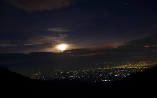 登頂日はカリマティを未明出発(マランの街の明かり)