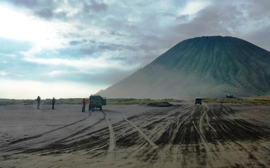 砂の海と呼ばれるカルデラを行く