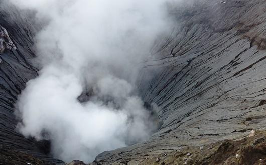 噴煙あげるブロモ山