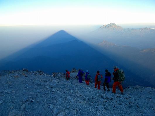 タフムルコの影(左)と第2の高峰タカナ(右)を望みつつ、タフムルコ山頂クレーターを回る