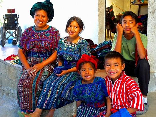 手織りの衣装を着たグアテマラの陽気な人々