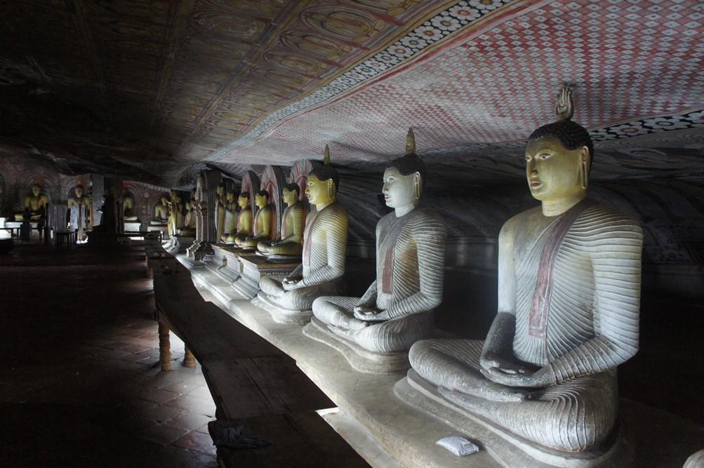 神秘的なダンブッラ石窟寺院