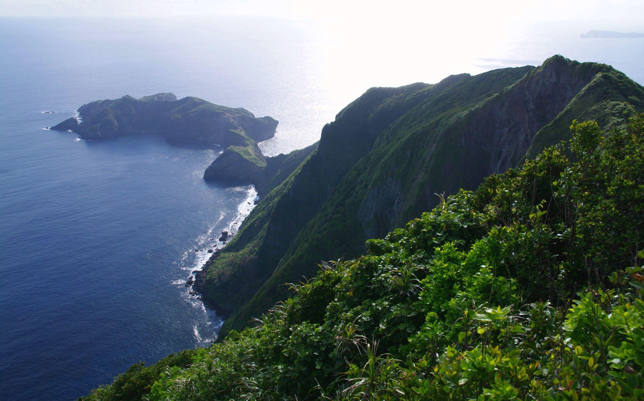 母島最高峰・乳房山の山頂付近からの大展望