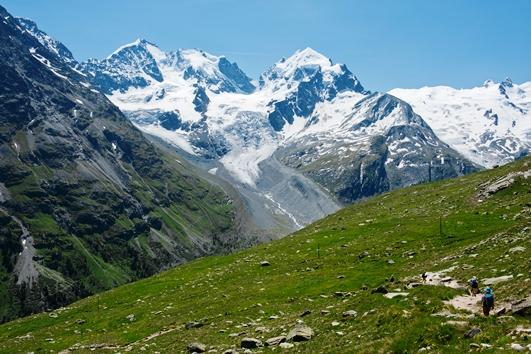 ベルニナ山群の最高峰ピッツ・ベルニナ(4,049m、左)とピッツ・ロゼック(3,937m、中央)をのぞむ
