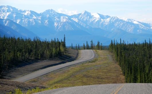 ノーザンロッキーの山並みを眺めながらアラスカHWYを走る