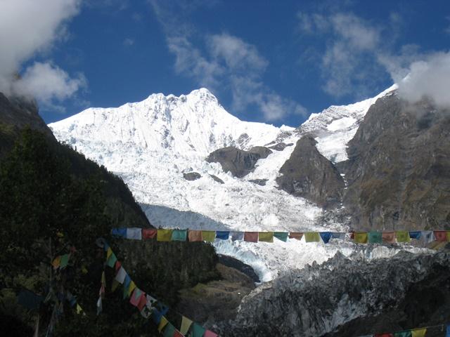 蓮華寺から望む主峰カワカブと明永氷河
