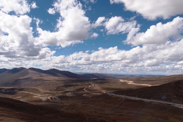 康定(カンディン)からはチベット的な風景が続く