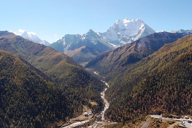 日瓦(リーワ)を眼下にコンガ雪山を望む