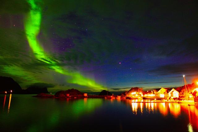 セニヤ島のホテル上空に浮かぶオーロラの光