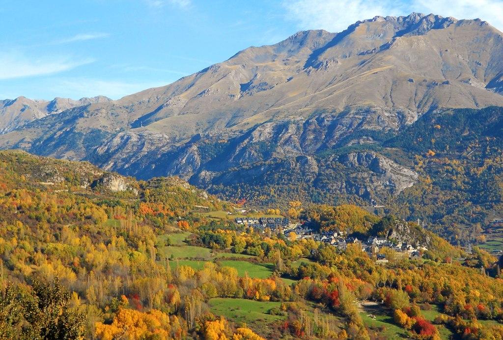 秋色に染まるアラゴン・ピレネーの代表的な谷のひとつ、テナ谷