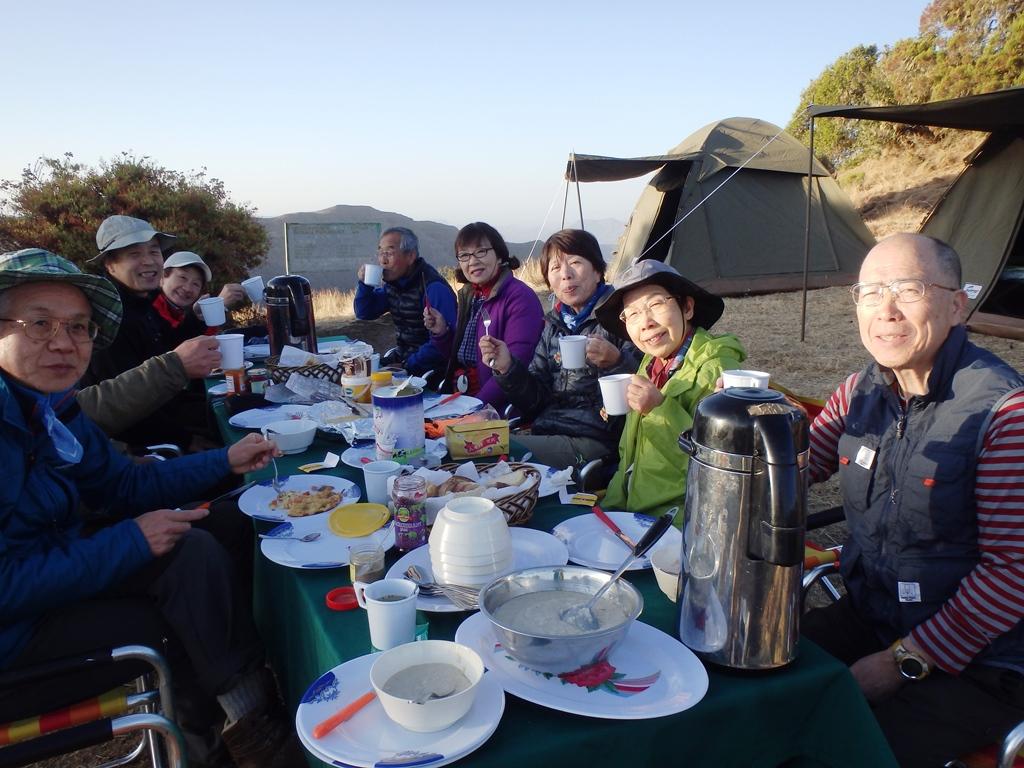登山中の朝食風景