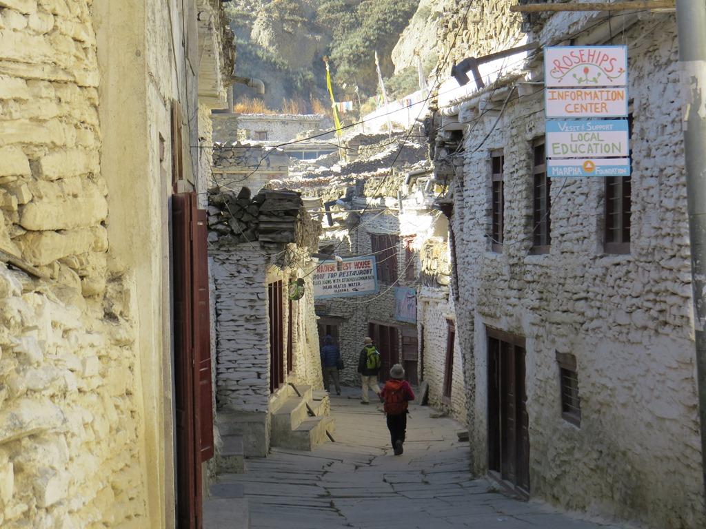 マルファ村の白壁の狭い路地を歩く
