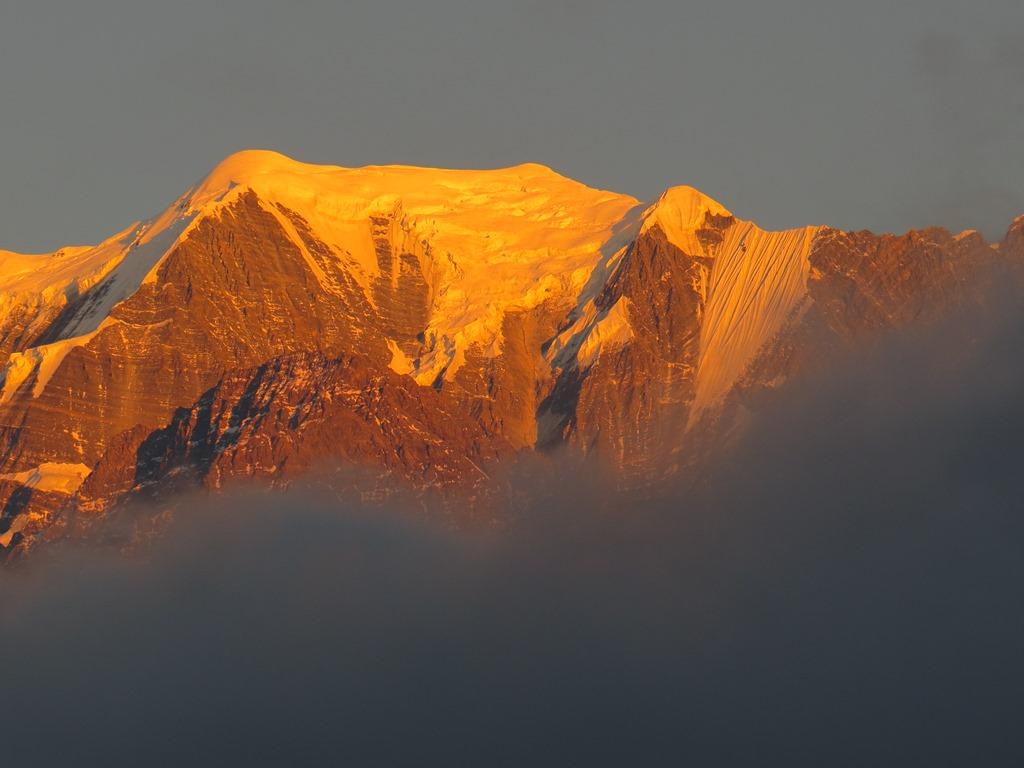 ナウリコットより望む夕陽に染まるニルギリ中央峰