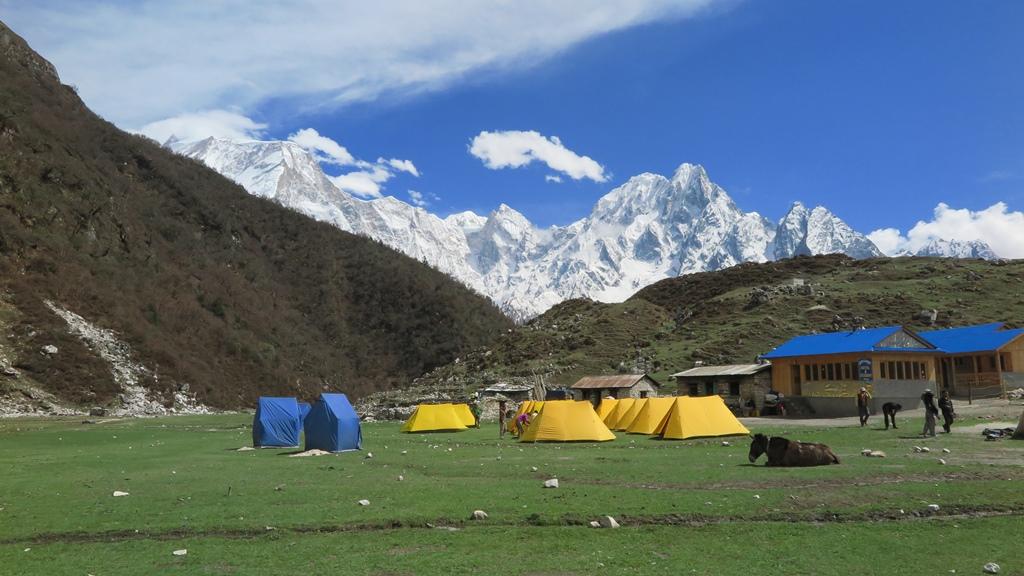 ビムタンのキャンプ地から望むマナスル(左/8,167m)とプンギ峰(6,398m)