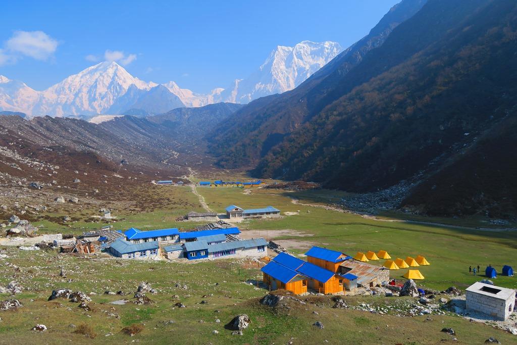 氷河と雪山に囲まれた別天地、ビムタンのキャンプ地(3,590m)
