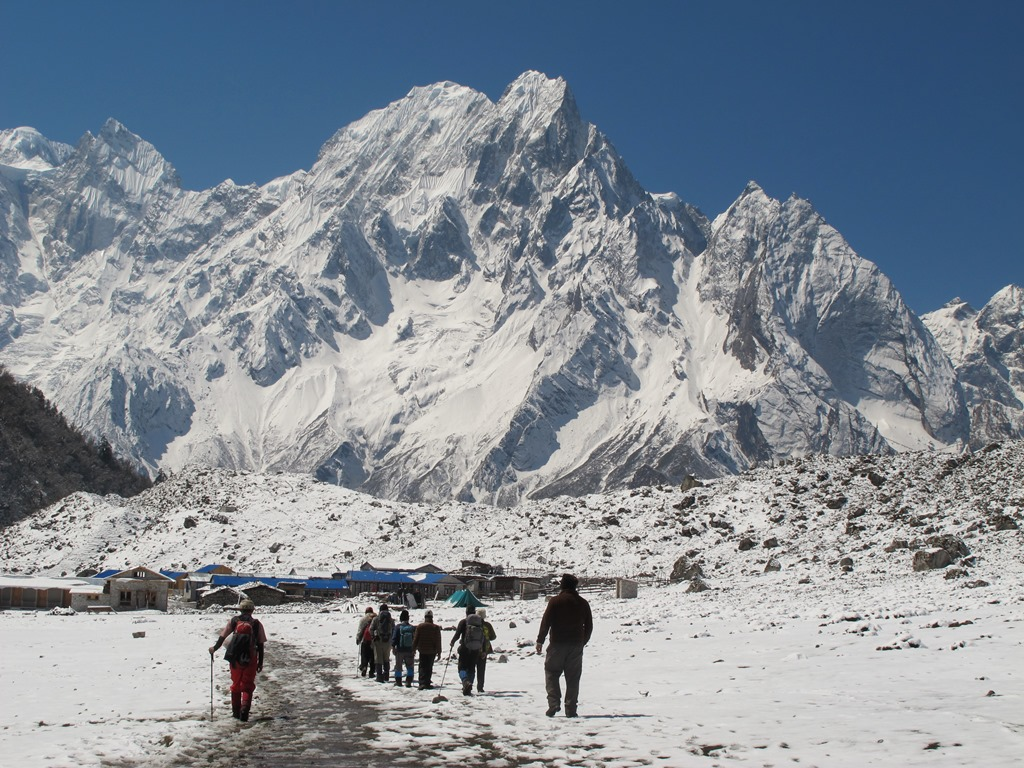 新雪で雪化粧されたビムタンより望むプンギ峰(6,528m)