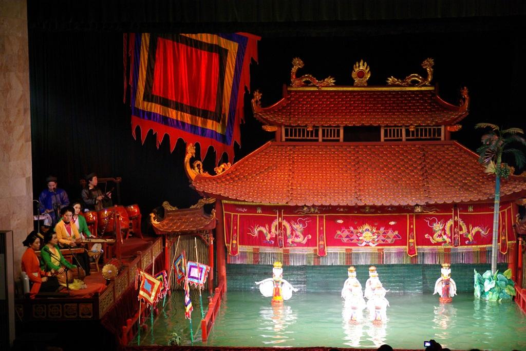 1000年の歴史を誇るベトナムの伝統芸能・水上人形劇を観賞