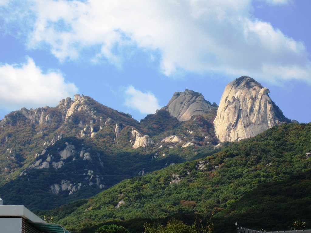 花崗岩の岩峰群・北漢山(プッカンサン) 左から万景台、白雲台、仁寿峰