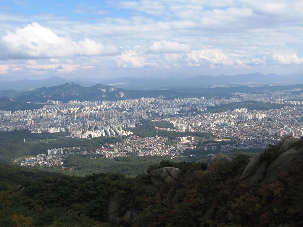 北漢山(プッカンサン)から高層ビル群が連なるソウルの街並みを一望
