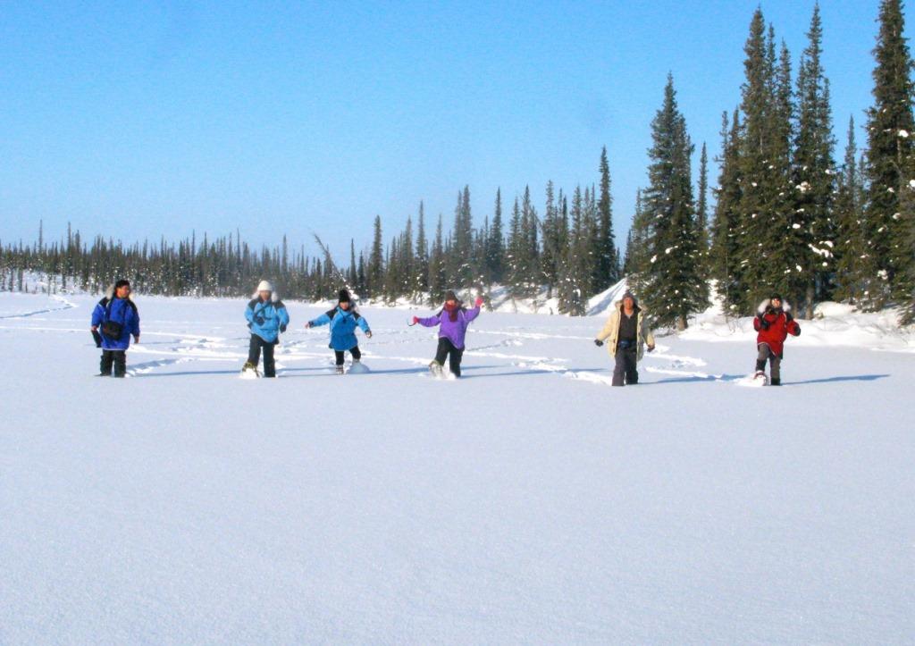 日中はウィンターアクティビティへ。童心にかえってスノーシューハイキングを楽しむ