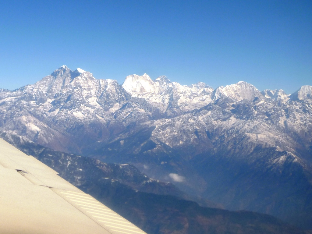 機窓より望むガウリシャンカール(左)とメンルンツェ(中央)