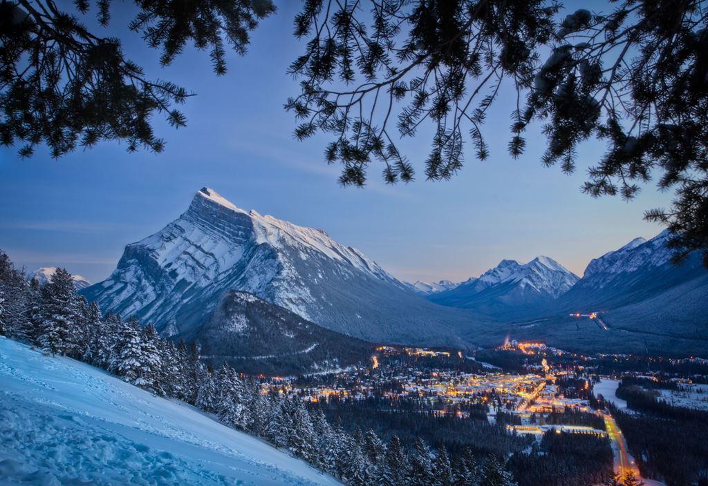 夕暮れのバンフ(@Banff Lake Louise Tourism)
